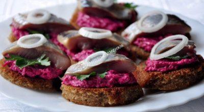 Лучше закуски не придумать — Гренки с сельдью и свекольным салатом