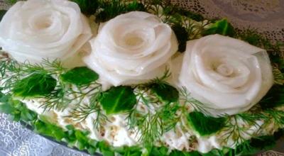 Очень вкусный салат «Три белых розы» с черносливом и курицей