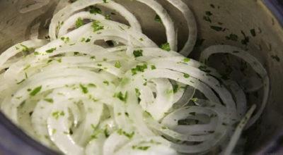 Быстрый маринованный лук для салатов и не только!
