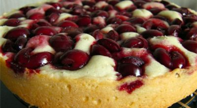Если у вас остался стакан кефира, приготовь этот замечательный пирог с вишней