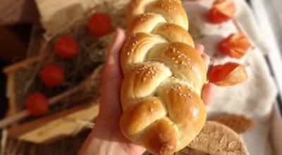 Свежий румяный постный хлеб с кунжутом…