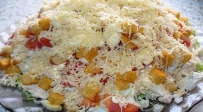 Салат с курицей, сыром и сухариками. Получился очень вкусным и сытным
