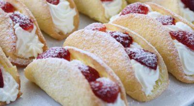 Нежные бисквитные пирожные с клубникой: ароматные и очень вкусные