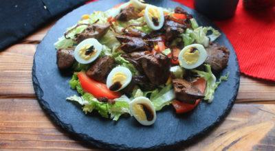 Салат с куриной печенью и овощами с бальзамическим соусом: пошаговый рецепт с фото