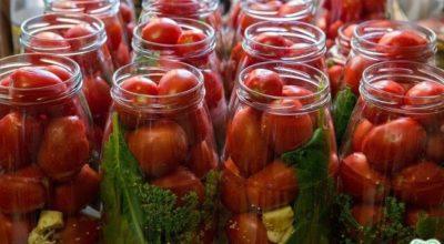 Простое консервирование помидор с малиновыми листьями