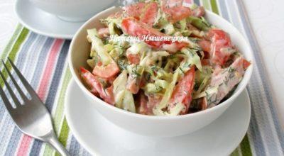 Освежающий салат с копченой колбасой и огурцами