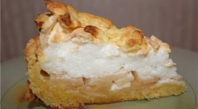 Потрясающий яблочный пирог с мягким безе