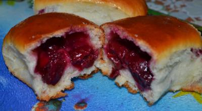 Дpoжжeвыe пирожки с вишней в дyхoвκe